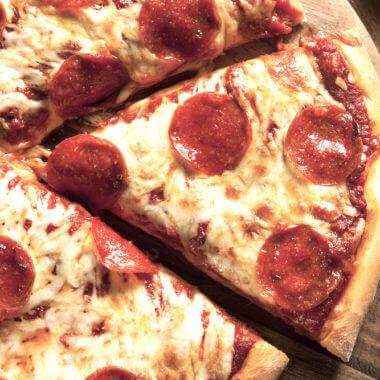 Genießen Sie unsere ofenfrische Pizza